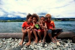 anak-anak Papua dengan keindahan alamnya, sumber : suksesluarbiasa
