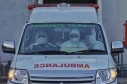 Para petugas kesehatan tengah mengantar pasien Covid-19. Foto: beritasatu.my.id.