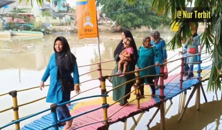 Sungai Bekasi yang dinbagian tepinya kini jadi obyek wisata (foto Nur Terbit)