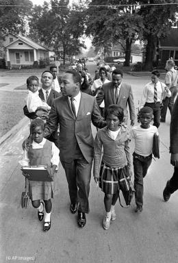 King Jr. dengan anak-anak sekolahan - Sumber: share.america.gov