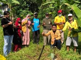 Penanman Bibit Pohon secara Simbolis oleh Lurah Sempaja Barat, Bapak Fahmi Fakhrozy, SE.,M.Si dan Ketua RT.05 Kel. Sempaja Barat, Bapak Hariyadi/dokpri
