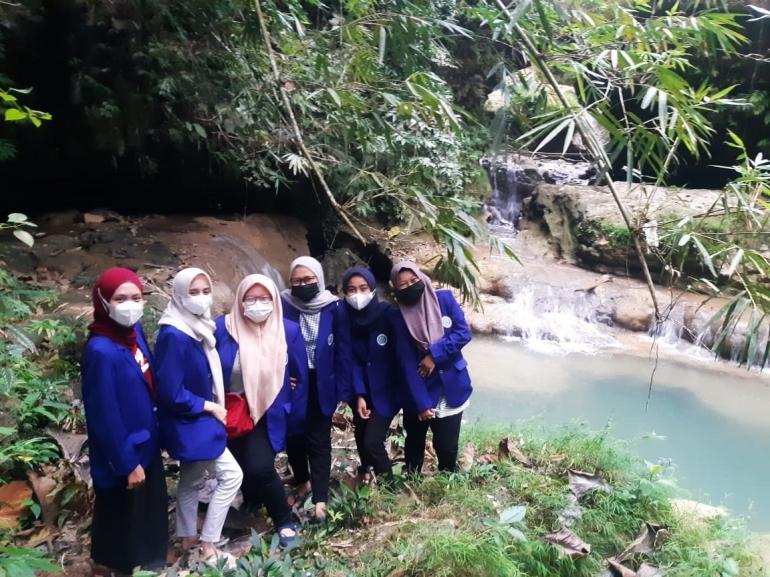Gambar 1 Mahasiswa KKN UM Survei Lokasi Sungai Watu Bolong. Sumber : Dokumen Penulis (2021)