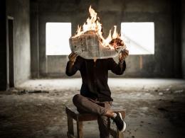 Pengaruh negatif berita akan berbeda-beda untuk setiap orang (sumber foto: Nijwam Swargiary on Unsplash)