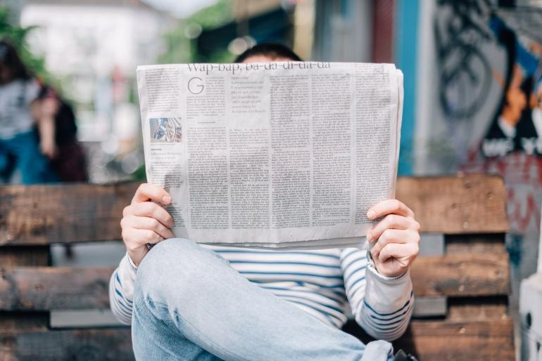 Terus-menerus mengakses berita bisa punya efek negatif pada kesehatan (sumber foto: Roman Kraft on Unsplash)