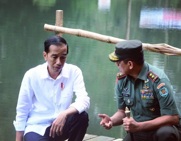 Presiden Joko Widodo bersama Mayjen TNI Doni Monardo di Situ Cisanti, Hulu DAS Citarum. Dok. Kodam III/Siliwangi