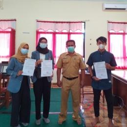 Penyerahan surat tugas dari Universitas Pendidikan Indonesia kepada Kepala Sekolah SMA Negeri 1 Damar/Dokpri