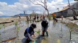 Gambar 4. Warga Donggala melakukan penanamab bibit bakau untuk mencegah banjir rob[15]