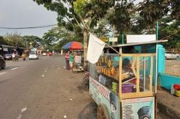 Pedagang di Rangkasbitung memasang bendera putih sebagai bentuk protes PPKM diperpanjang (21/7/2021)  Sumber: Kompas.com/Acep Nazmudin