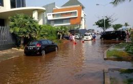 Gambar 7. Banjir rob menggenangi permukiman elite pantai mutiara, Jakarta Utara[18]