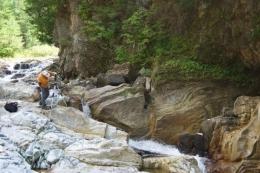 Batuan yang terkikis sungai (https://vtdigger.org)