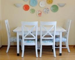 Ilustrasi meja makan & kursi makan kayu menempel dinding. sumber: classyclutter.net