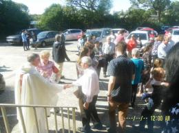 Pastor David menyalami umat keluar pintu gereja (dok pribadi)
