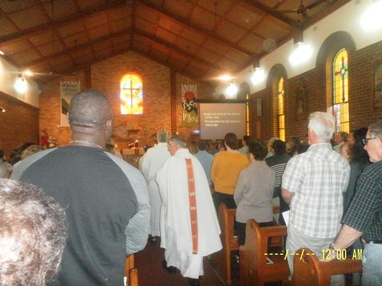 Pastor memasuki gereja ketika misa akan dimulai (dok pribadi)