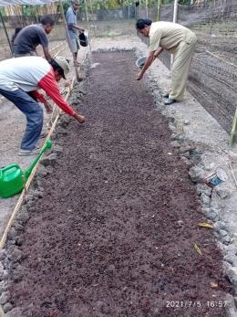 Foto : Kelompok pembibitan menyamaikan benih Cendana/dokpri
