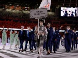 Yusra Mardini yang tergabung dalam tim pengungsi dipercaya membawa bendera pada pembukaan olimpiade Tokyo 2020. sumber: m.bola.com