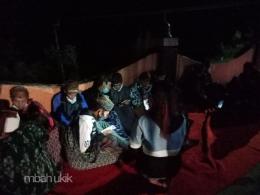 Kaum muda Suku Tengger asyik berhaperia menjelang sebuah ritual. Dokumen pribadi.