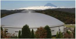 www.shizu2020.perf.shizouka.co.jp dan www.cyclingweekly.comSi perancang, mendesain sedemikian dengan pandangan cantik berlatar belakang Gunung Fuji. Ujung atap Izu Velodrome ini, sekilas seperti Gunung Fuji dengan
