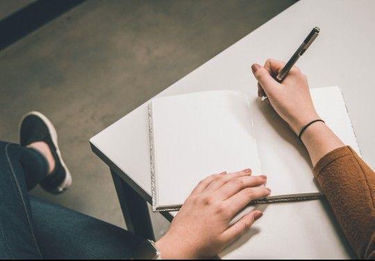Ilustrasi menulis diary untuk mengenang sosok Ibu TH | Foto : Kenangan.com