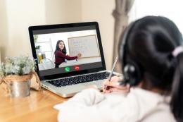 Ilustrasi guru sedang menerangkan materi ketika pembelajaran daring. Sumber: Shutterstock via Kompas.com