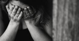 ilustrasi seorang ibu lagi menangis| dok. Pexels/Kat Jayne, dimuat popmama.com