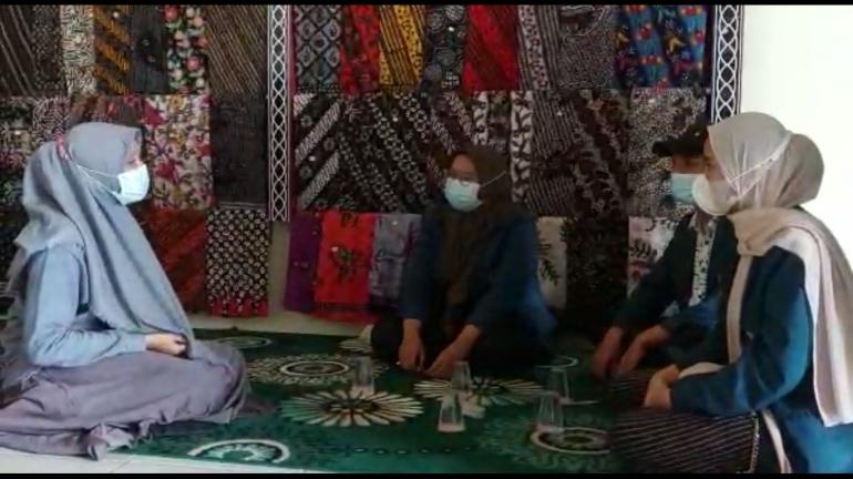 Melakukan Survei Ke UMKM Batik di Desa Bakaran Kulon (Kegiatan dilaksanakan sebelum PPKM)