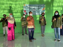 Kegiatan foto bersama perwakilan mahasiswa KKN tematik 26 dan Bapak RW 05 Kelurahan Lontar