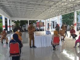 Walikota Bitung sebelum mempersilakan KPM PKH mengambil Butab dan KKS yang ada memberikan sedikit penjelasan dan pemahaman tentang PKH/Dokpri