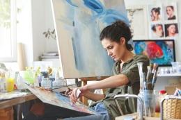 Ilustrasi wanita sedang bekerja sesuai passionnya, melukis (freepik/wayhomestudio)