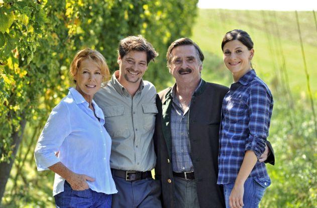 Dari kanan ke kiri: Sophie, Sepp, Karl dan isteri Sepp, Franziska berfoto di tengah-tengah tanaman Hop milik mereka. (Foto: tvspielfilm.de).
