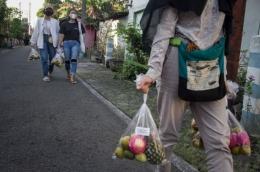 Aksi berbagi untuk warga yang isoman (Dokumentasi ANTARAFoto.com)