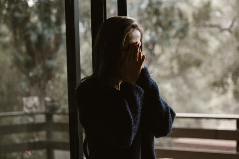 Seorang gadis menangis ketika diputusin dengan alasan tak jelas. (Sumber gambar: pexels/RODNAE Productions)