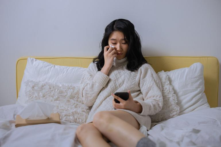 pexels/cottonbro (Gadis yang sedih menugggu balasan dari kekasihnya yang tak memberi kabar)