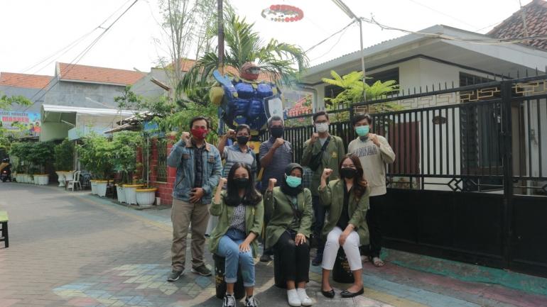 Foto Bersama Ketua RT 03 RW 02 Tembok Gede dan robot 'Smart City'/Dokpri
