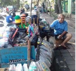 Supriyadi pedagang kelontong keliling di Jakarta. (Foto: Norman Meoko)