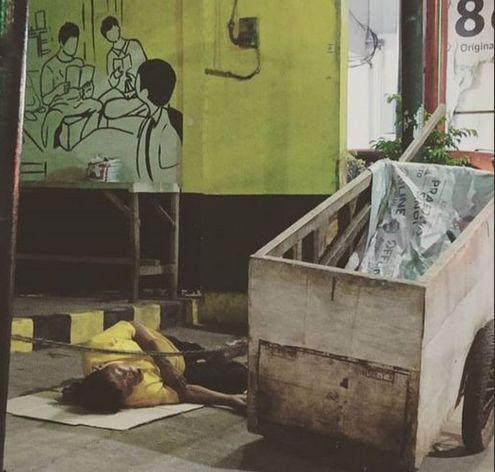 Manusia gerobak tertidur pulas di Jalan Margonda Raya Depok. (Foto: Norman Meoko)
