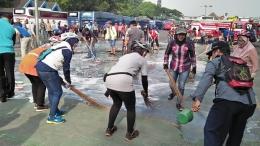 Pesepeda dan Gerakan Bersih-bersih terminal. Foto: Moerdianto Anto