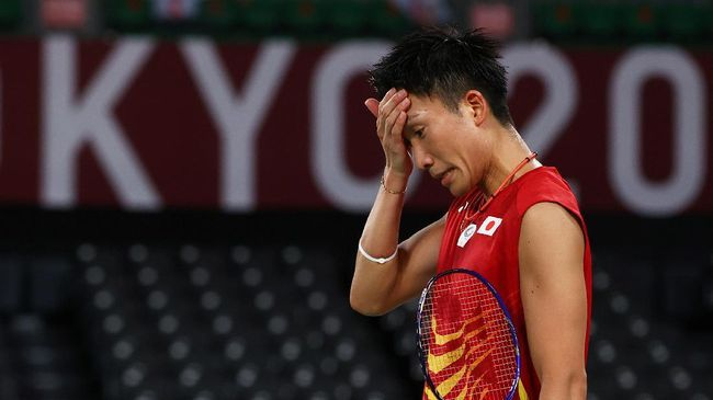 Tunggal putra badminton nomor satu dunia, Kento Momota tersingkir dari Olimpiade Tokyo. (FOTO: REUTERS/LEONHARD FOEGER)