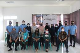 Mahasiswa KKN 2021 Kelurahan candirenggo foto bersama DPL, Sekretaris Kelurahan, Lurah Candirenggo beserta tamu undangan/dokpri