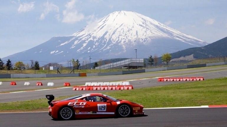 Pembalap dengan latar belakang Gunung Fuji di Fuji Internasional Speedway/mobilinanews.com