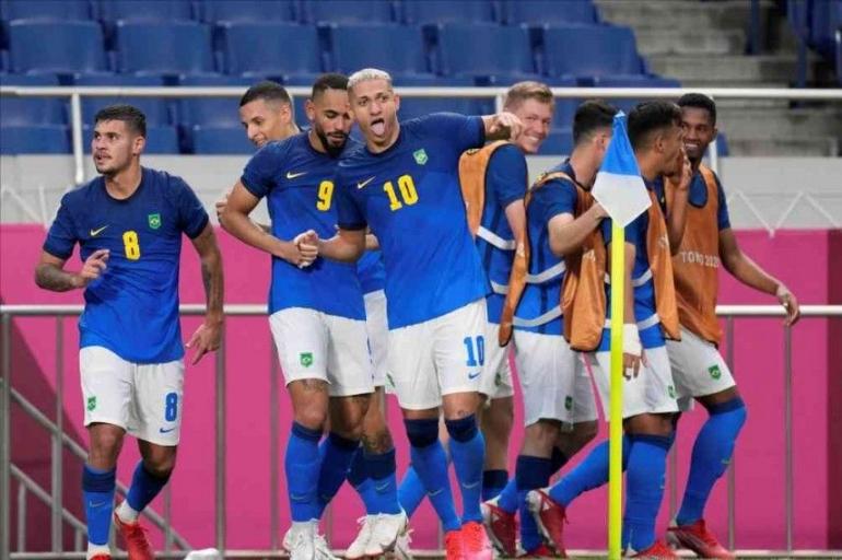 Pemain Brazil merayakan gol ke gawang Arab Saudi. (via outlookindia.com)