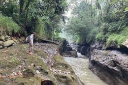 Ilustrasi: mengamati salah satu titik di Sungai Ciliwung| Sumber: Kompas.com/Nabilla Ramadhian