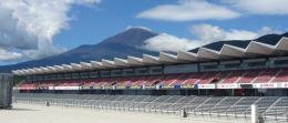 "Tribun dengan 120.000 tempat duduk penonton, dan dilator-belangin oleh Gunung Fuji, seakan dalam ""dunia awan""/www.tilke.de"