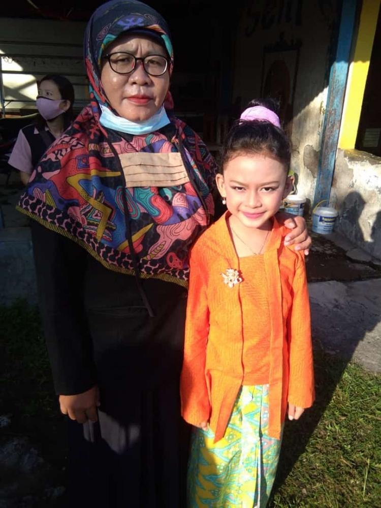 Ibu Wiwi Wihartini saat mendampingi Fitri Ramadani mengikuti lomba bernyanyi FLS2N (Dokpri)