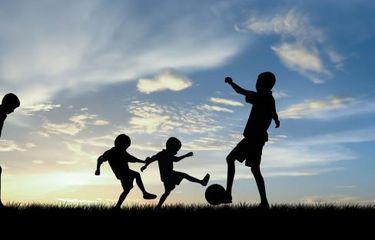 Anak anak bermain sepakbola (https://lifestyle.kompas.com)