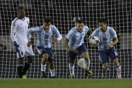Keputusan pelatih Argentina tak memanggil Paulo Dybala (kedua dari kiri) dan Mauro Icardi (kedua dari kanan) untuk skuat Olimpiade 2020 dipertanyakan. foto: juan mabromata/afp dipublikasikan kompas.com