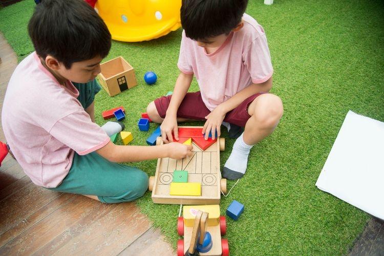 Anak bermain bersama teman | Sumber: shutterstock via edukasi.kompas.com