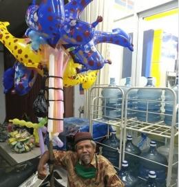 Pak Pi'i penjaja balon keliling di kawasan Grand Depok City. (Foto: Norman Meoko)