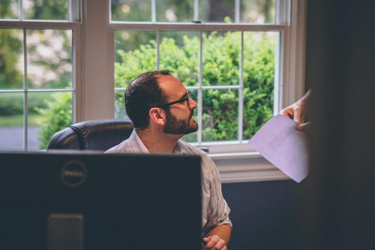 Ilustrasi seorang karyawan mendapatkan tugas tambahan dari atasan | Sumber: Pexels/Craig Adderley
