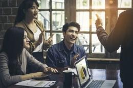 Ilustrasi komunikasi bos dan karyawan| Sumber: Shutterstock via Kompas.com