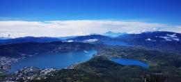Panorama danau Kembar dilihat dari puncak gunung Talang (Dokumentasi Pribadi)